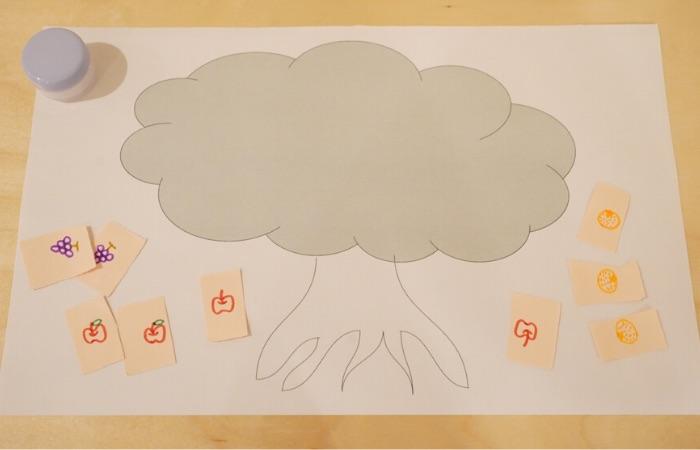 のり貼りのおうち遊び②『はさみ切りのイラストで木を飾ろう』