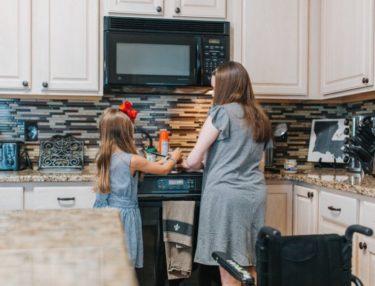 包丁なし台所育児7選!1歳半から食事用意を子どもの学びの場に!