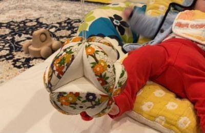 赤ちゃんとキッキングボール