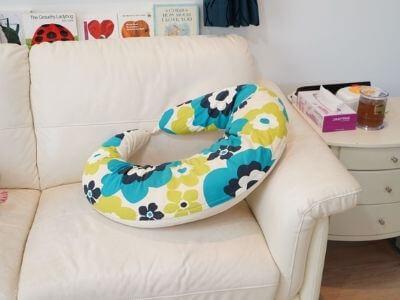ソファーと授乳クッション